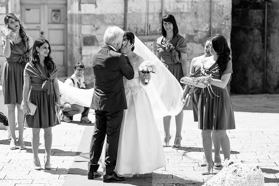 Giono del Matrimonio Matera Padre bacia la Sposa con velo